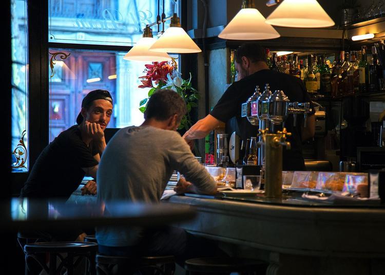Мошенники в испанских барах подсыпают в напитки порошок и грабят спящих иностранцев