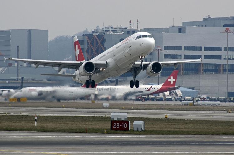 Молния в течение пяти часов поразила два самолета швейцарской Swiss