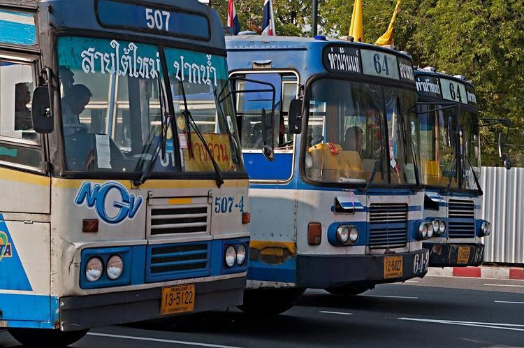 Почему на Пхукете простаивают сотни туристических автобусов?