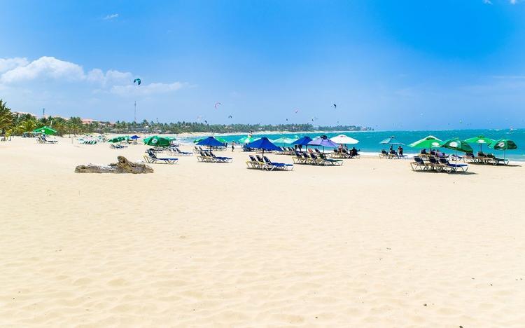 На курортах Испании запретили снимать защитные маски даже на пляже