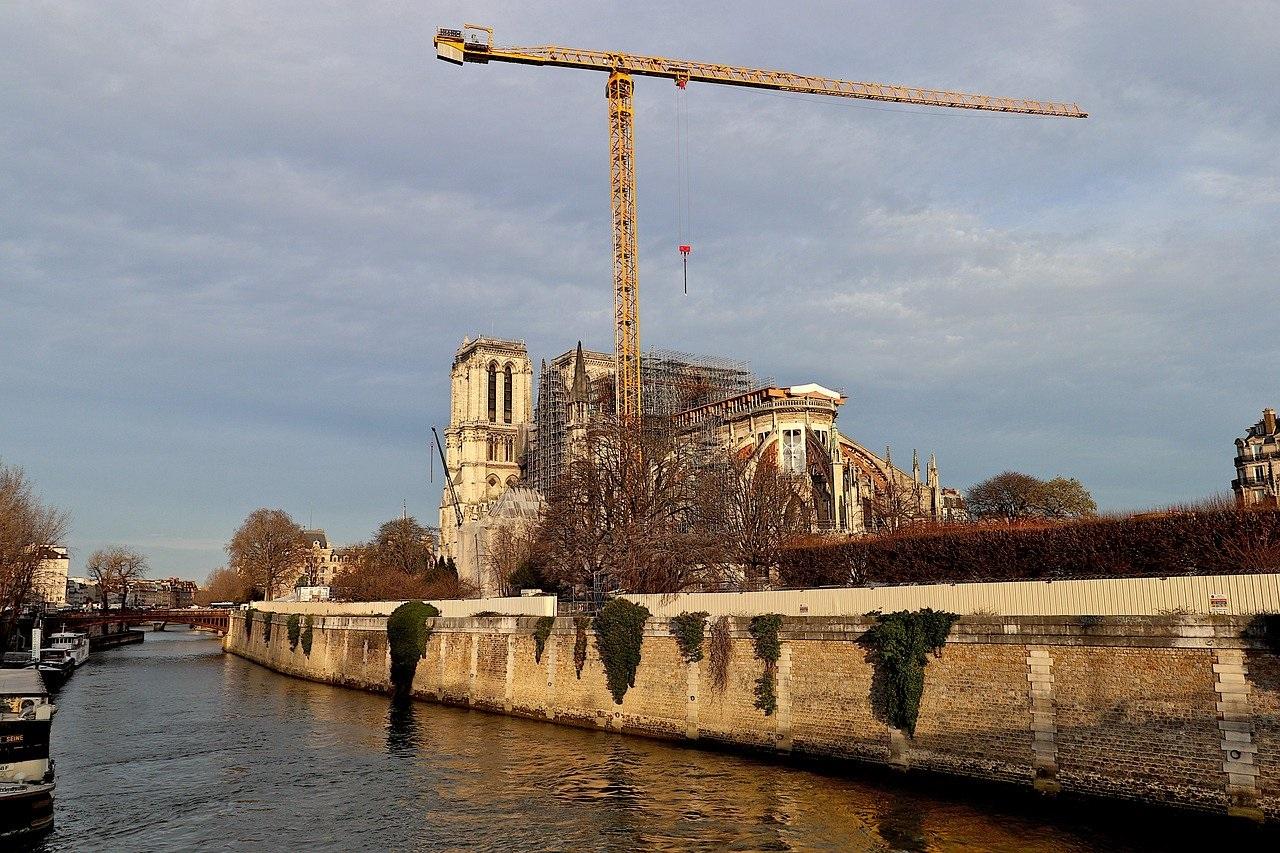 В Парижечерез год после пожарачастично открыли Собор Парижской Богоматери