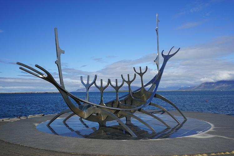 Исландия открыла границы для вакцинированных туристов. Россиянам со Sputnik V придется подождать