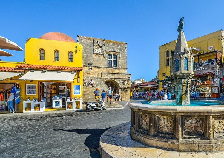 Греческие острова Миконос, Родос и Санторини попали в «запрещенный» список Евросоюза